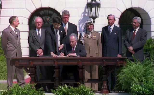 Washington, 13 settembre 1993: il ministro degli esteri israeliano Shimon Peres firma gli accordi di Oslo alla presenza del primo ministro israeliano Yitzhak Rabin, Bill Clinton e Yasser Arafat [foto: D. Ake]