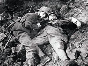…e il sangue del nemico sulle mani,da sciacquare malamente nel fango delle trincee È che non ti avevo mai visto da vicino, come adesso, ho visto solo il tuo fucile, la baionetta, le granate… Se gettassimo tutto via, potremmo essere fratelli…
