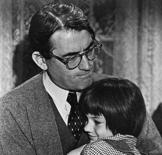 Il buio oltre la siepe, Scout col padre Atticus Finch.