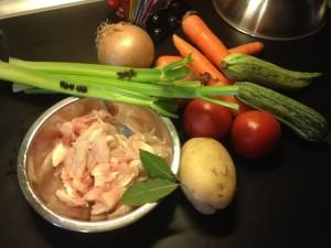 Gli ingredienti del brodo vegetale con pollo e zucchine