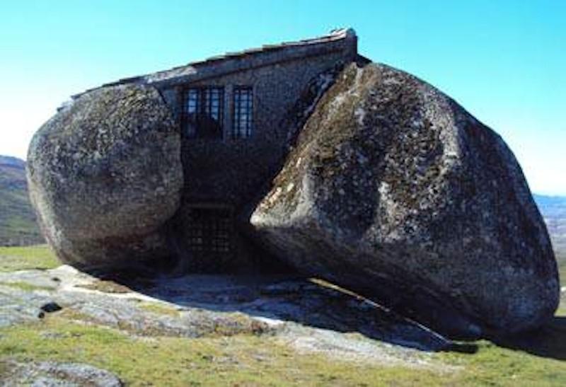 Portogallo, l'abitazione che ricorda i Flinstones.