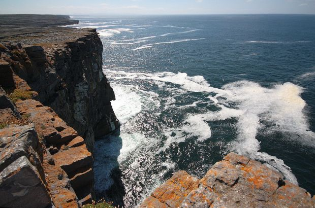 Sulle scogliere di Dún Aengus Inishmore. [foto: Andrea Lessona]
