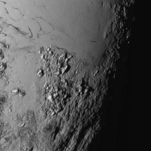La superficie di Plutone ha sorpreso gli scienziati. Pianure, montagne di ghiaccio, fenditure inspiegabili. Un Frankenstein dello spazio.