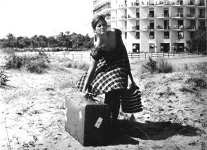 Questa è Claudia Cardinale a 21 anni, non so se mi spiego (ah, nella foto ci sono anche due valigie)