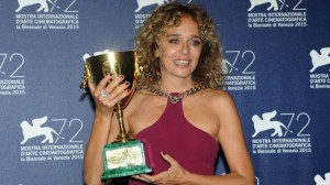 Valeria Golino sorride alla meritatissima Coppa Volpi