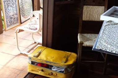 La valigia gialla di Clàu, dove porta in giro le sue care bambole
