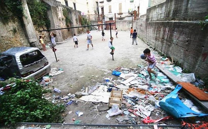 Bambini che giocano in strada...  [Foto: Sergio Siano]