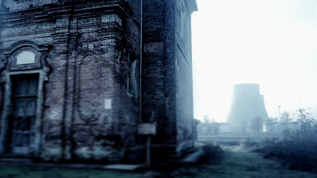 Trino Vercellese, accanto alla chiesa con la centrale termonucleare dismessa, clou delle scene.