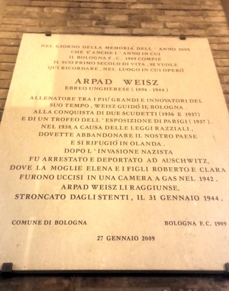 La lapide in ricordo di Weisz allo stadio di Bologna