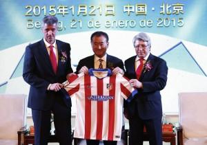Acquisti. Il presidente del Gruppo Wanda Wang Jianlin e quello dell'Atletico Madrid Miguel Angel Gil. Il Wanda Group ha investito 45 milioni di euro per comprare il 20% del club spagnolo.