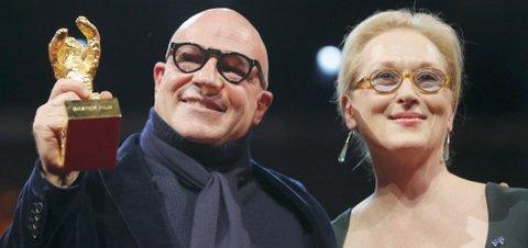 Gianfranco Rosi riceve l'Orso d'Oro da Meryl Streep