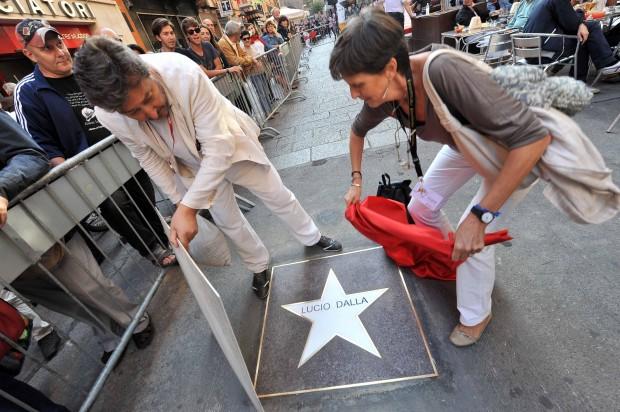 La stella dedicata a Lucio Dalla sul selciato di una strada del centro di Bologna