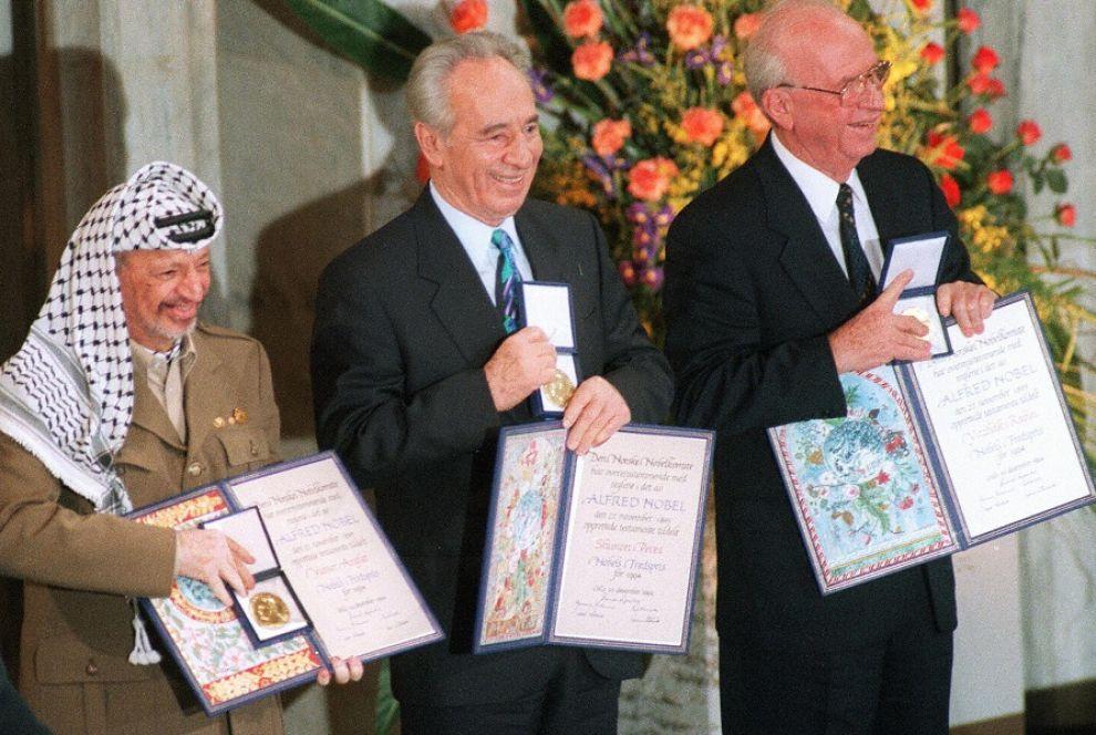 """Il premio Nobel 1994 a Yasser Arafat, Shimon Peres e Yitzhak Rabin, """"per i loro sforzi per la pace in Medio Oriente""""."""