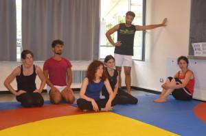 I giovani attori con la docente attrice Valentina Veratrini, in maglietta blu.