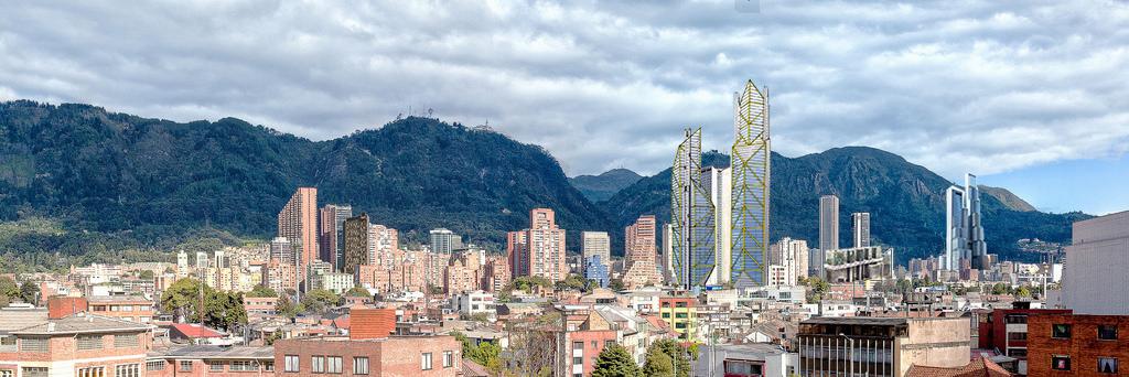 Skyline del centro di Bogotá (il grattacielo più alto è in costruzione e sarà il secondo più alto del Sud America