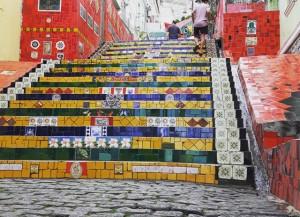 Il manto rosso vivo e le mille fantasie cromatiche della Escadaria Selaron