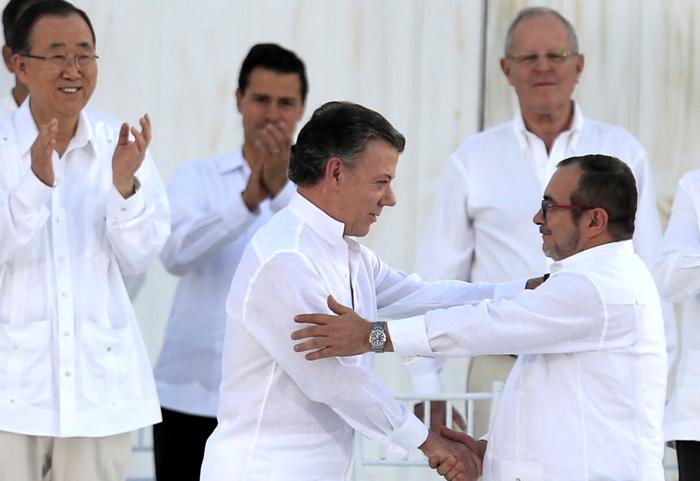 Il Presidente colombiano Santos, a sinistra, e il capo dei guerriglieri delle FARC (Forze Armate Rivoluzionarie di Colombia) si stringono la mano dopo la firma dello storico accordo di pace il 26 settembre 2016. Sullo sfondo il segretario dell'ONU Ban Ki-moon. Dopo una settimana il 50.2 % dei colombiani ha respinto l'accordo.