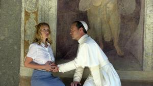 the young pope allunga le mani-001