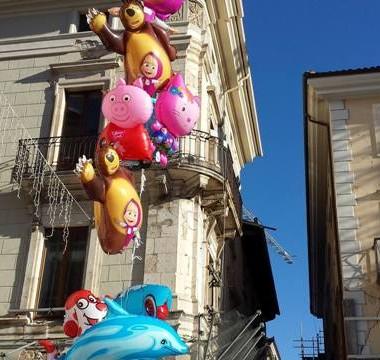 Lungo il Corso. Ad un passo da Piazza Duomo. Con la voglia di ripartire, e di meravigliarsi ancora.  Natale 2014.L'Aquila. Foto: Costanza