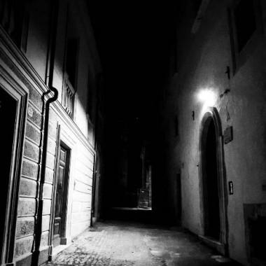 L'Aquila. In pieno centro storico. Quel vicolo, lì ad un passo...vestito soltanto di buio e silenzio. Dicembre 2017. Foto: Costanza
