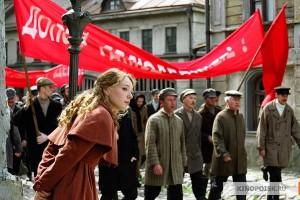 La protagonista del romanzo Il dottor Zivago guarda una manifestazione