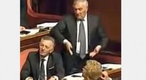Il Senatore Vincenzo D'Anna, immortalato durante il deprecabile gesto sessista.