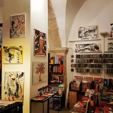 """Libreria """"Polarville"""", centro storico di L'Aquila. E ci si ritrova qui, per la nuova mostra """"Magnetosfera"""". Febbraio 2017.  Foto: Costanza"""