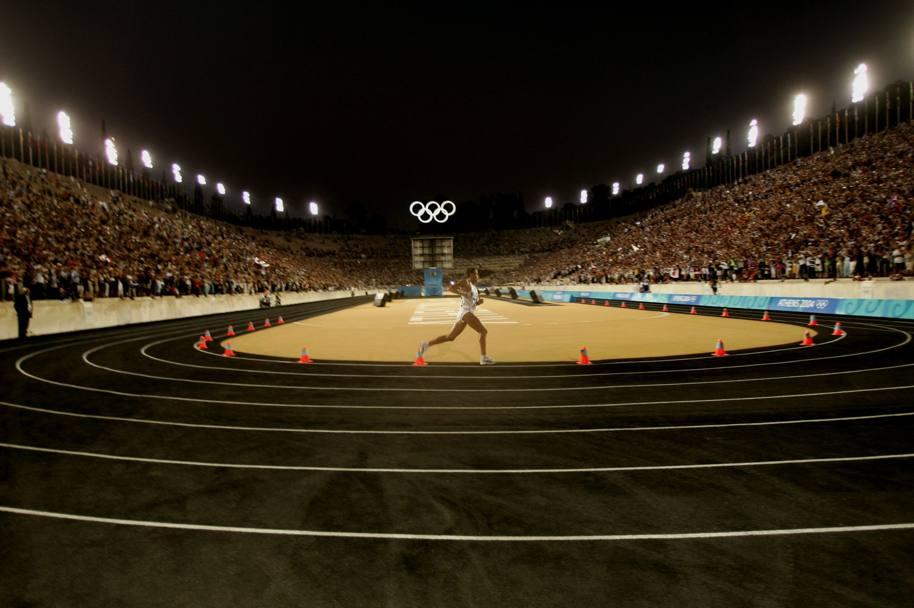 Stefano Baldini vince l'oro nella stadio nella maratona nello stadio Panathinaiko, alle Olimpiadi di Atene del 2004.