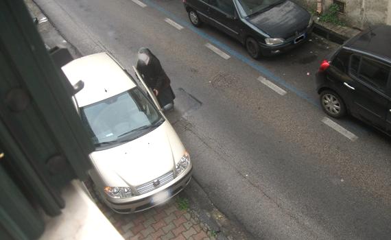 Suora parcheggio selvaggio - Copia