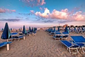 Spiaggia ombrelloni e sdraio