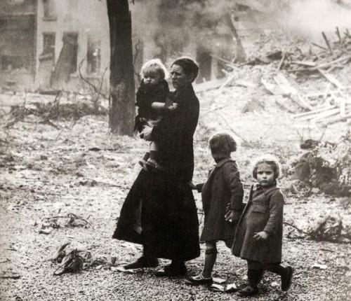 Una madre italiana tra le rovine della guerra