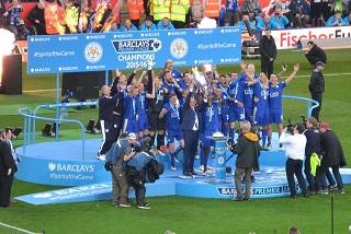Che festa per Ranieri: nelle ultime giornate facevano tutti il tifo per il suo Leicester, compresi i tifosi avversari