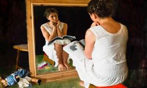 ragazza-allo-specchio-con-libro