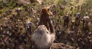 La scena in cui la scimmia Rafiki presenta il piccolo Simba al popolo della savana (da Il Re Leone live action 2019(