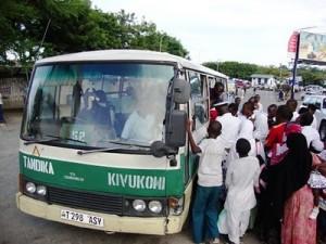 Il dala-dala e i suoi allegri passeggeri.