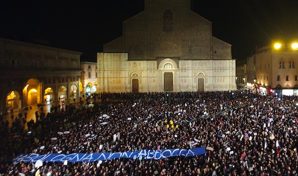 Bologna, Piazza Maggiore, la prima volta delle Sardine.