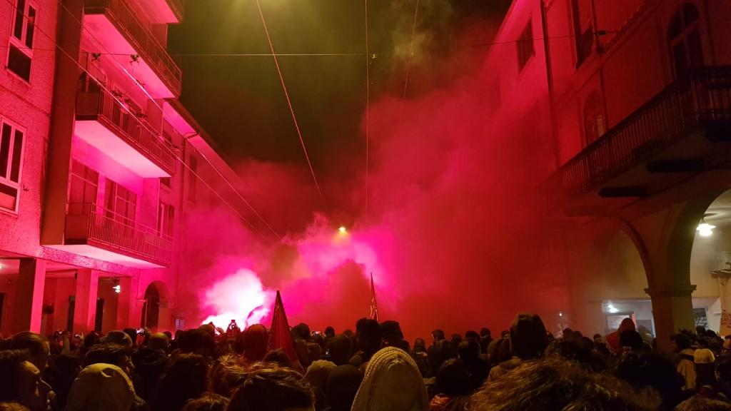 Bologna, via Riva di Reno, la Polizia presidia il PalaDozza con  i fumogeni