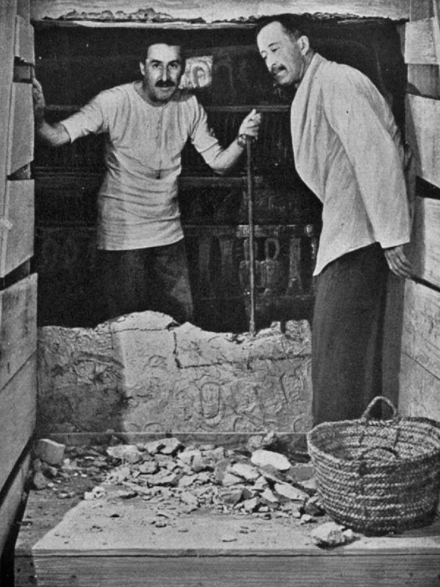 Howard Carter e lord Carnarvon all'apertura delle tomba