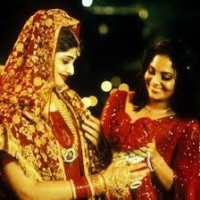 . Film grazie al quale 20 anni fa abbiamo scoperto che anche nel Subcontinente i matrimoni sono un guaio grosso: storie di famiglia, segreti e amarezze a Delhi