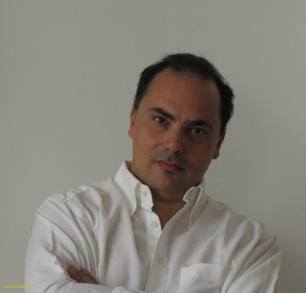 Nato a Palermo nel 1968, Antonio Pagliaro è laureato in fisica.