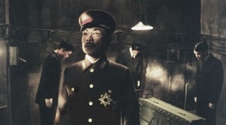 Perdi la guerra, perdi tutto, qualche dubbio sul tuo essere divinità inizia a venirti. Un Hirohito rintronato dalla Storia e balbuziente, rinchiuso in uno scantinato con tubi a vista, che cerca di capire cosa riserva the post war dream al suo popolo. Parte di una trilogia sui grandi e controversi personaggi del XX secolo che comprende anche Lenin (Toro) e Hitler (Moloch) è un film secco, non facilissimo, ma da vedere.