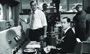 """La battaglia di Edward Murrow (un David Strathairn in buona forma) anchor man televisivo di punta contro il Maccartismo (dovete sapere infatti che negli USA i giornalisti fanno domande e inchieste, non si limitano ad annuire alle risposte dell'intervistato di turno). Clooney, alla seconda regia dopo lo scoppiettante """"Confessioni di una mente pericolosa"""", ci tiene a ricordare al mondo che si può essere artisti impegnati pur essendo dei gran fighi, ma avere anche un'idea per sviluppare un film non guasterebbe. Soporifero"""