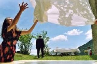 Un film uscito in sordina che racconta la vitadi una comunità montana isolata e profondamente legata alle proprie tradizioni.  Parlato in italiano, francese e occitano il film ha avuto un successo insperato grazie alle emozioni antiche e attuali che sa trasmettere e ai meravigliosi paesaggi delle alpi piemontesi