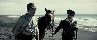 In un'isola tutta nera in cui si aspetta solo che ci vengano ad ammazzare, Clint riesce  ancora a trovare brandelli di umanità.