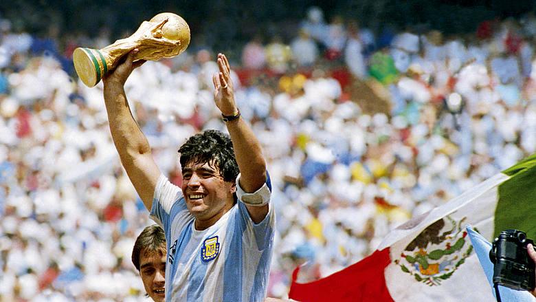 Maradona alza al cielo la Coppa del Mondo