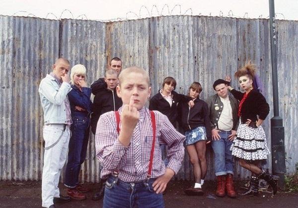 Gli anni ottanta in Inghilterra ricostruiti con una precisione di ambienti, musiche, vestiti e  pettinature che viene voglia di tornare lì. Nonostante crisi economica, razzismo, disastri sociali. Ma d'altra parte quelli ci sono anche oggi.