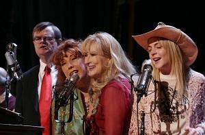 """Carovana di grandi interpreti. Per la cronaca, il vero """"A Prairie Home Companion"""" è andato in onda fino al 2016, e poi fino a quest'anno sotto il nome di """"Live from Here"""""""
