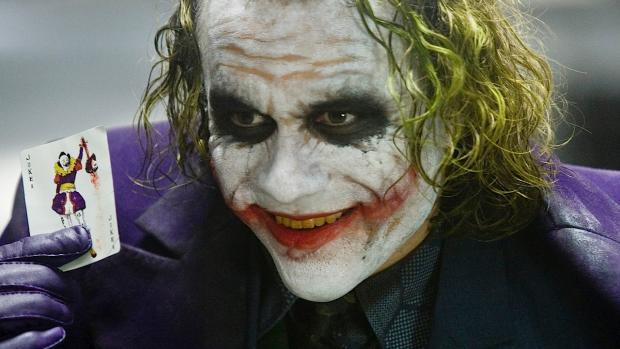 Dove averci preso la mano con Batman Begins (film comunque importante), Christopher Nolan cala l'asso di briscola con Il Cavaliere Oscuro, secondo e punto più alto della sua trologia Batmaniana (e anche punto più alto della saga di Batman in assoluto). Sarà che imbrocca un Heath Ledger stellare nella parte di Joker, sarà che fonde perfettamente ritmo e atmosfera (l'incipit del film, con la rapina alla banca della mafia è qualcosa che resterà negli annali del cinema), quello che ne esce è un film straordinario e spiazzante, che porta lo spettatore a fare i conti con la doppia natura che ciascuno si porta dentro: che tu sia lo smagliante procuratore distrettuale, che tu sia un criminale psicopatico, che tu sia l'eroe senza macchia e senza paura, che tu sia un normale cittadino o un ergastolano, bene e male combattono dentro di te, a decidere quale prenda il sopravvento il più delle volte è solo il caso.