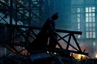 Batman è l'eroe che Gotham si merita, ma di cui non ha bisogno in questo momento… Perché lui può sopportarlo… È un vigilante che vaga nell'ombra… È un Cavaliere Oscuro.