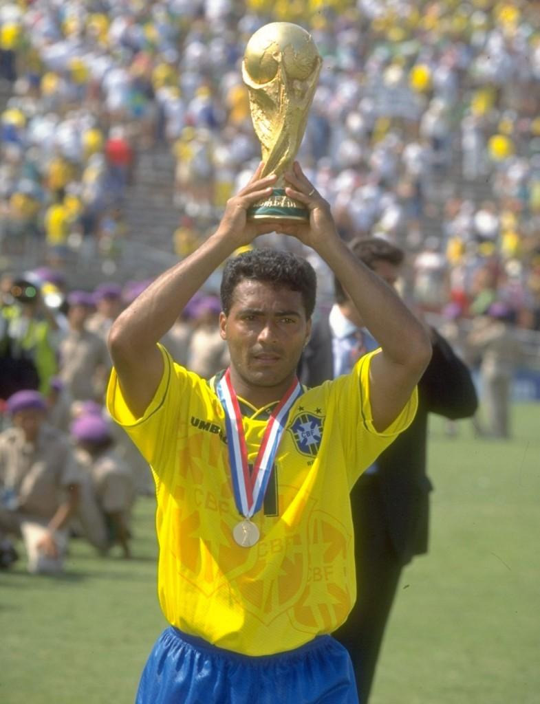 Romario solleva al cielo la Coppa del mondo 1994